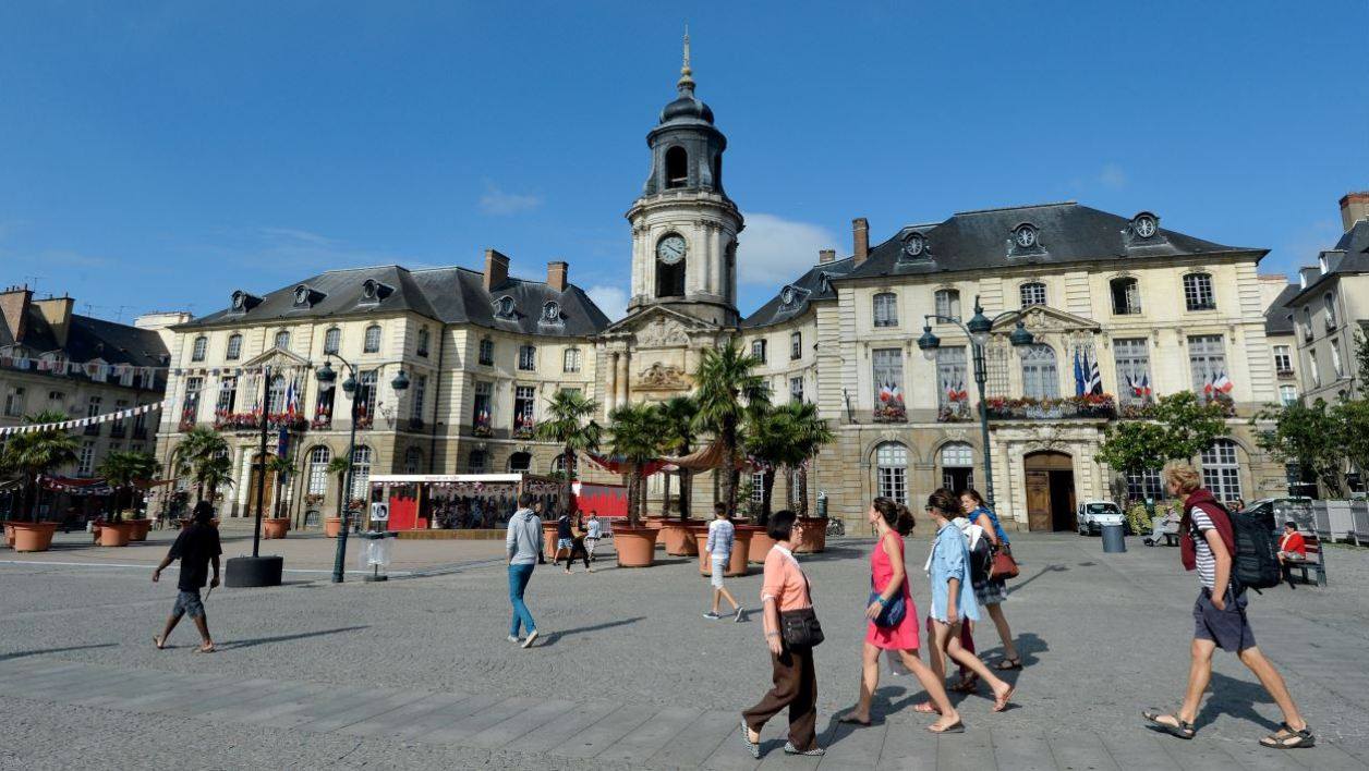 Pedestrians walk in front of the city hall in Rennes, western France, on August 5, 2014. AFP PHOTO / MIGUEL MEDINA MIGUEL MEDINA / AFP
