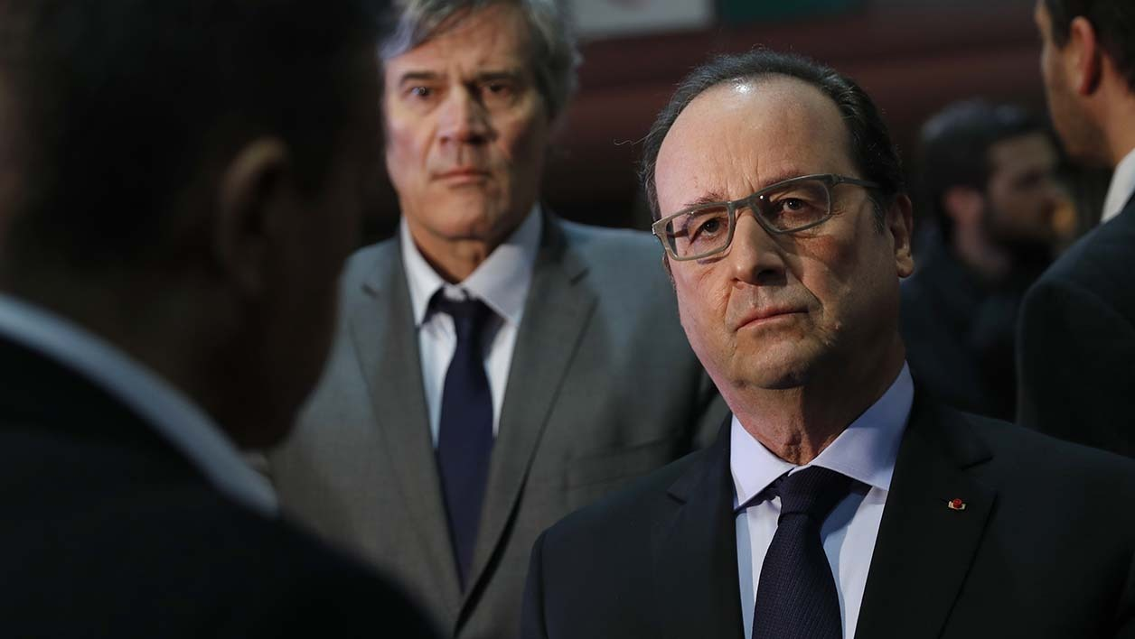 "French President Francois Hollande (R) and Agriculture Minister Stephane Le Foll (C) visit to the ""Salon de l'Agriculture"" (Agricultural Show) in Paris, France, February 27, 2016. President Francois Hollande was heckled today as France's annual agricultural fair kicked off against the backdrop of the ""worst crisis ever"" facing the country's farmers. BENOIT TESSIER / POOL / AFP"