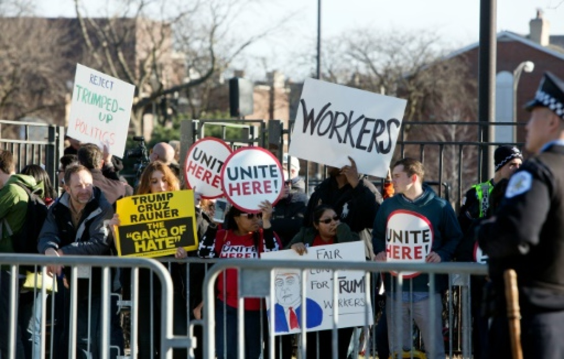 Des manifestants lors d'un meeting de Donald Trump à Chicago, le 11 mars 2016