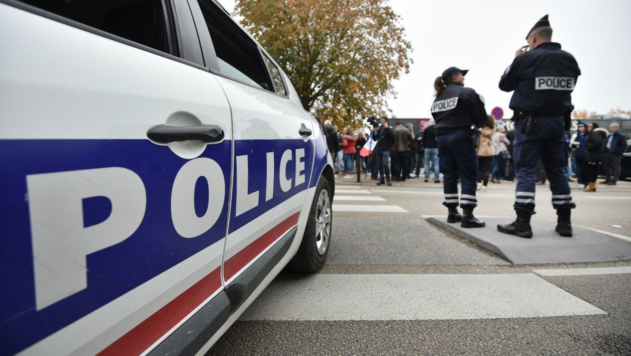 French police officers stand guards as their colleagues take part in a march to protest over mounting attacks on officers on October 26, 2016 in Nantes, western France.  JEAN-SEBASTIEN EVRARD / AFP
