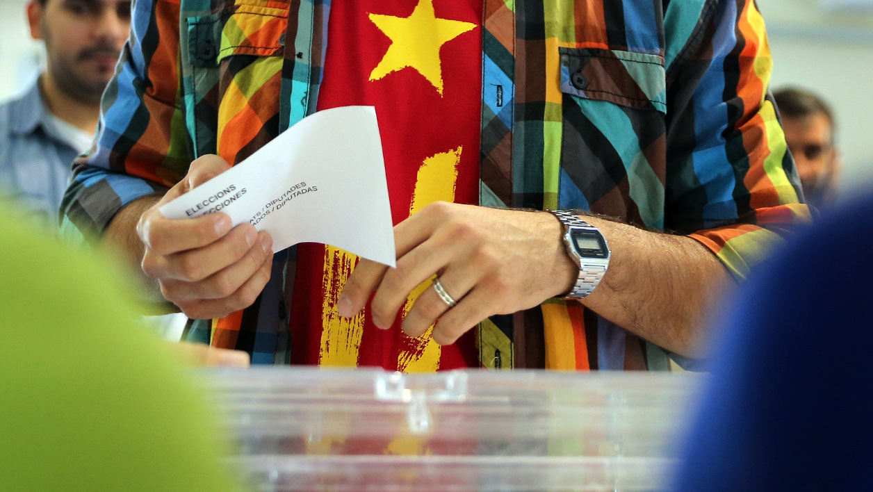 A man waits for casting his ballot for the regional election at a polling station in Badalona on September 27, 2015. Catalans voted today in an election dubbed crucial for the future of Spain, with polls pointing to a win by separatists who vow to declare the region independent by 2017. AFP PHOTO/ CESAR MANSO