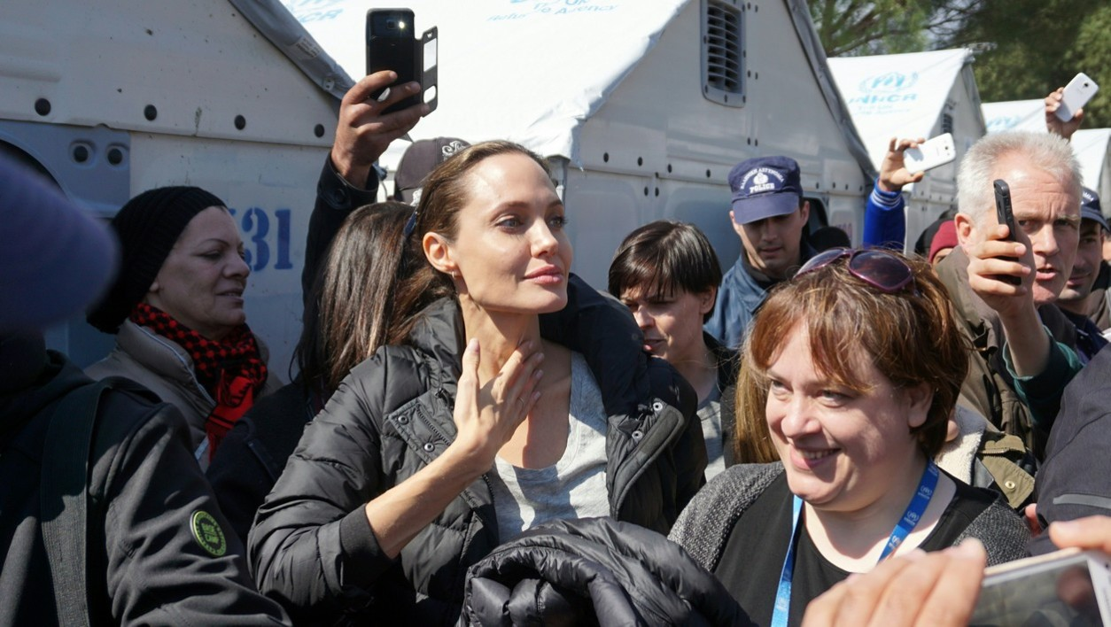 Hollywood star and UN refugee agency envoy Angelina Jolie (C) visits the Moria refugee camp at the island of Lesbos on March 17, 2016.