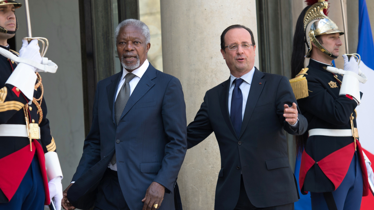 France's President Francois Hollande (R) welcomes former UN secretary general Kofi Annan (L) before a meeting at the Elysee presidential Palace in Paris on May 2, 2013. AFP PHOTO BERTRAND LANGLOIS BERTRAND LANGLOIS / AFP