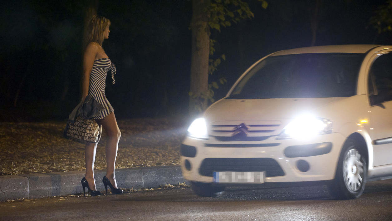 Une prostituée attend des clients, en 2011, près de Paris (photo d'illustration).