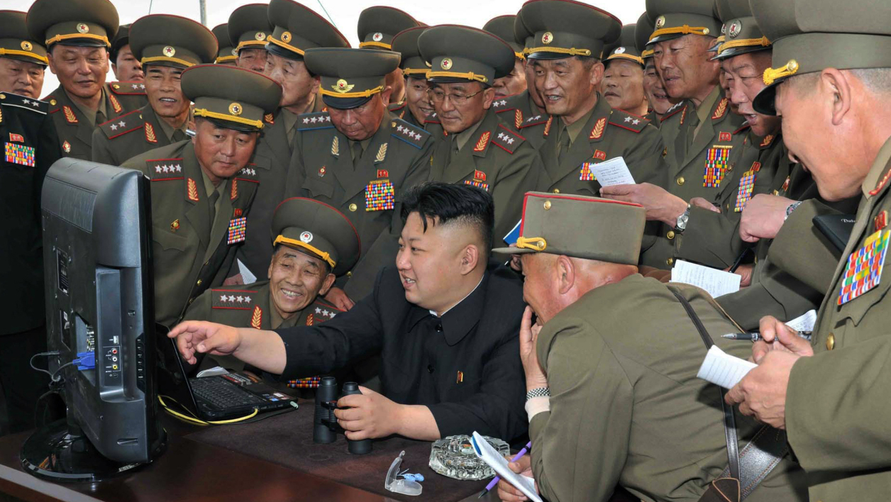 Le dirigeant nord-coréen Kim Jong-un consulte un ordinateur, en avril 2014, à Pyongyang. (photo d'illustration)