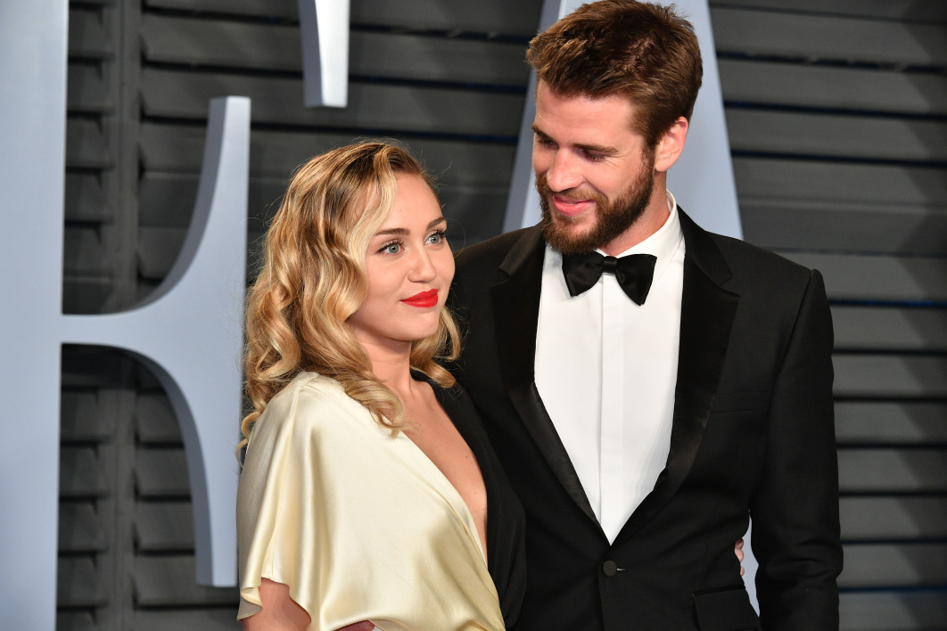 Miley Cyrus (L) and Liam Hemsworth attend the 2018 Vanity Fair Oscar Party hosted by Radhika Jones at Wallis Annenberg Center for the Performing Arts on March 4, 2018 in Beverly Hills, California. Dia Dipasupil/Getty Images/AFP  Dia Dipasupil / GETTY IMAGES NORTH AMERICA / AFP