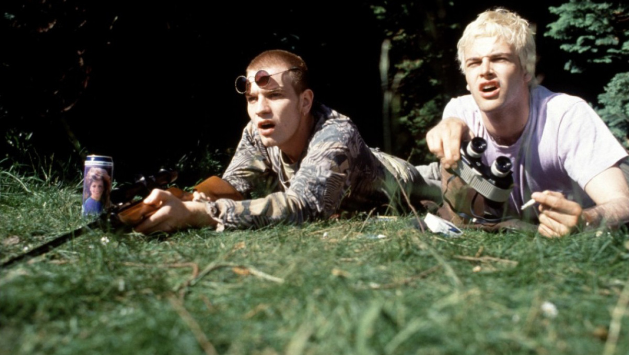 Rent Boy et Sick Boy, interprétés par Erwan McGregor et Jonny Lee Miller, dans Trainspotting (1996).