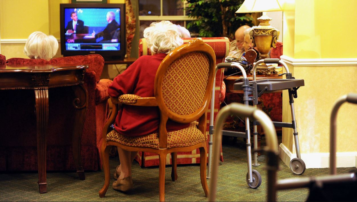 A group of retired seniors gathers at the Brighton Gardens Assisted Living residences in Bethesda, Maryland to watch the final presidential debate between Democratic Barack Obama and Republican John McCain on October 15, 2008. AFP PHOTO / TIM SLOAN TIM SLOAN / AFP