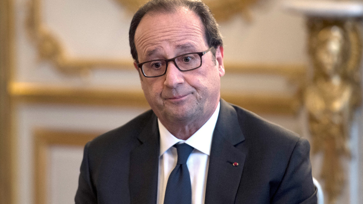 French president Francois Hollande is pictured during a meeting with the French Foreign Affairs Minister and figures from the cultural world and members of associations committted to peace in Syria, on October 14, 2016 at the Elysee presidential palace in Paris.  MARTIN BUREAU / POOL / AFP