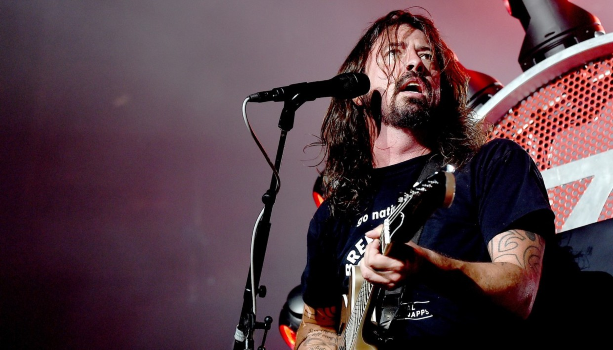 INGLEWOOD, CA - SEPTEMBER 22: Musician Dave Grohl of the Foo Fighters performs at the Forum on September 22, 2015 in Inglewood, California.