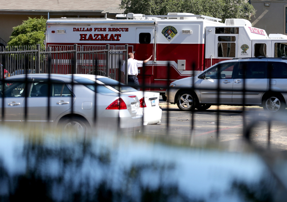 UNITED STATES, DALLAS : DALLAS, TX - OCTOBER 03: A hazmat truck is seen near the unit at the Ivy Apartments, where the confirmed Ebola virus patient was staying, on October 3, 2014 in Dallas, Texas. The first confirmed Ebola virus patient in the United States was staying with family members at The Ivy Apartment complex before being treated at Texas Health Presbyterian Hospital Dallas. State and local officials are working with federal officials to monitor other individuals that had contact with the confirmed patient. Joe Raedle/Getty Images/AFP