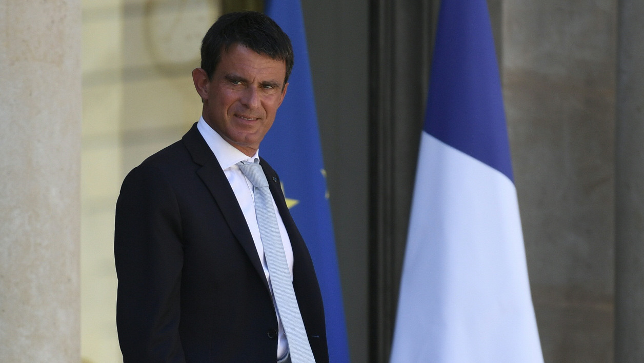 French Prime minister Manuel Valls (R) leaves the Elysee Palace after a defence and security council on August 17, 2016. The safety feature to face the terror threat will be adapted for the back-to-school period, including a military redeployment and a greater number of proactive patrolling, said the ministers of defence and interior on August 17, 2016. LIONEL BONAVENTURE / AFP