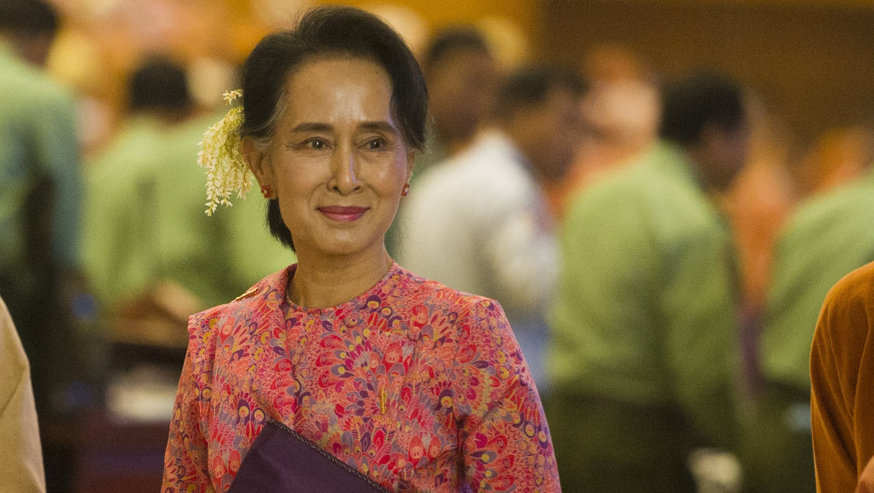 Myanmar's National League for Democracy (NLD) chairperson Aung San Suu Kyi leaves after the new lower house parliamentary session in Naypyidaw on February 1, 2016. Myanmar entered a new political era on February 1 as Aung San Suu Kyi's party took their seats in a parliament dominated by pro-democracy MPs who carry the hopes of a nation subjugated for decades by the military. AFP PHOTO / Ye Aung THU