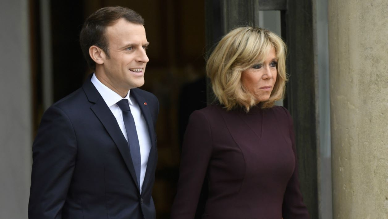 French President Emmanuel Macron (L) and his wife Brigitte Macron (R) stand prior to welcome Lebanese Prime Minister at the Elysee Presidential Palace on November 18, 2017 in Paris. Saad Hariri, who made a shock resignation announcement on November 4 and has since fended off claims he was being held in Saudi Arabia against his will, was also due to have lunch with Macron.