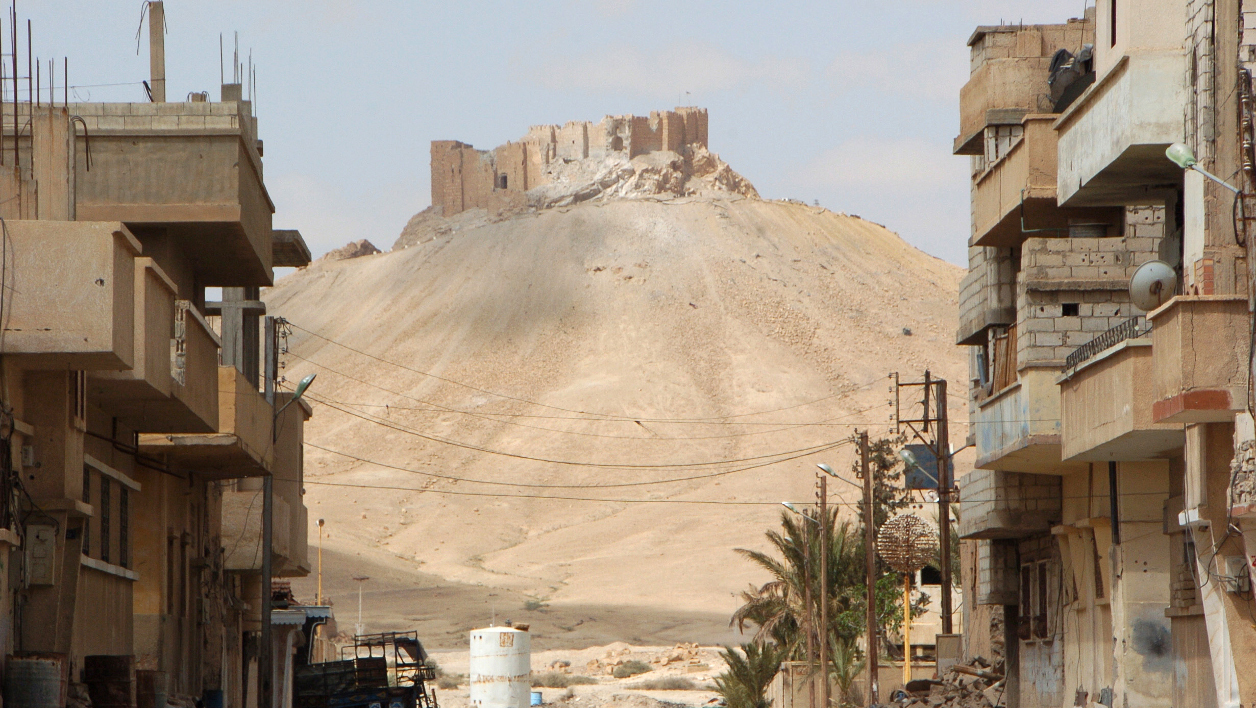 palmyre A picture taken on March 27, 2016, shows the citadel of the ancient city of Palmyra as seen from a residential neighbourhood of the modern town after Syrian troops recaptured the city from the Islamic State (IS) group.  STR / AFP