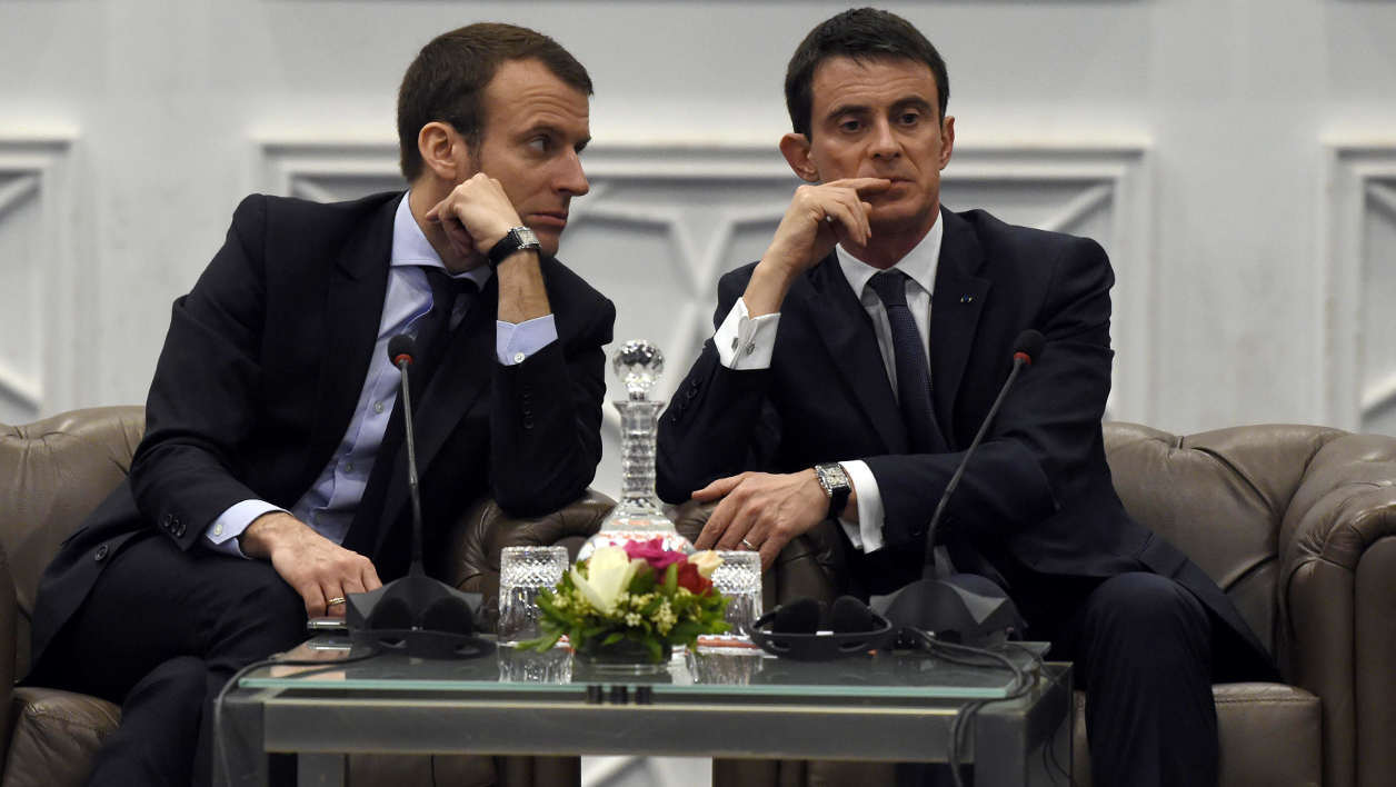 French Prime minister Manuel Valls (R) sits next to his Economy and Industry Minister Emmanuel Macron during the opening of the 3rd forum on partnerships between France and Algeria on April 10, 2016 in the capital Algiers.  Farouk Batiche / AFP