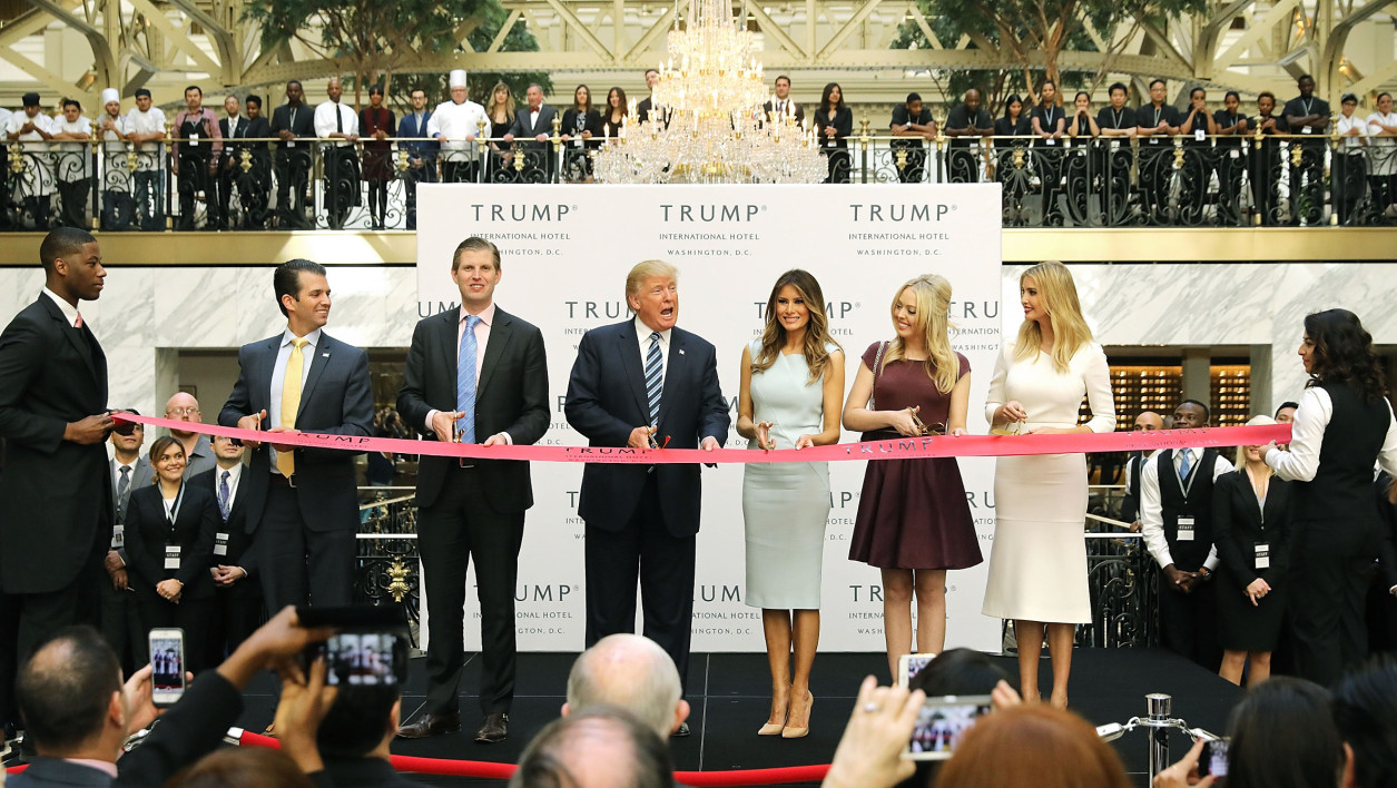 Donald Trump, son épouse, et ses enfants, inaugurent le nouvel hôtel Trump à Washington, le 26 octobre.