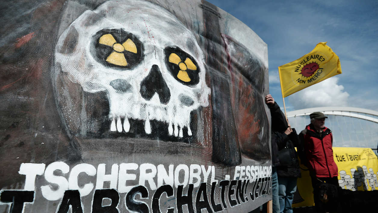 "Tchernobyl nucléaire activistes anti-nucléaire French and German anti-nuclear activists gather as they take part in the commemoration of the nuclear disaster in Chernobyl and to protest against the nuclear powerplant of Fessenheim, France's oldest nuclear reactor, on the ""Europe"" bridge between Kehl, southwestern Germany, and Strasbourg, eastern France, on April 24, 2016. Ukraine on April 26, will mark the 30th anniversary of the Chernobyl disaster, when human error and flawed Soviet reactor technology led to the world's worst nuclear accident."