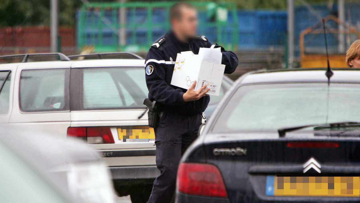 Un gendarme identifie des voitures sur un parking (image d'illustration).