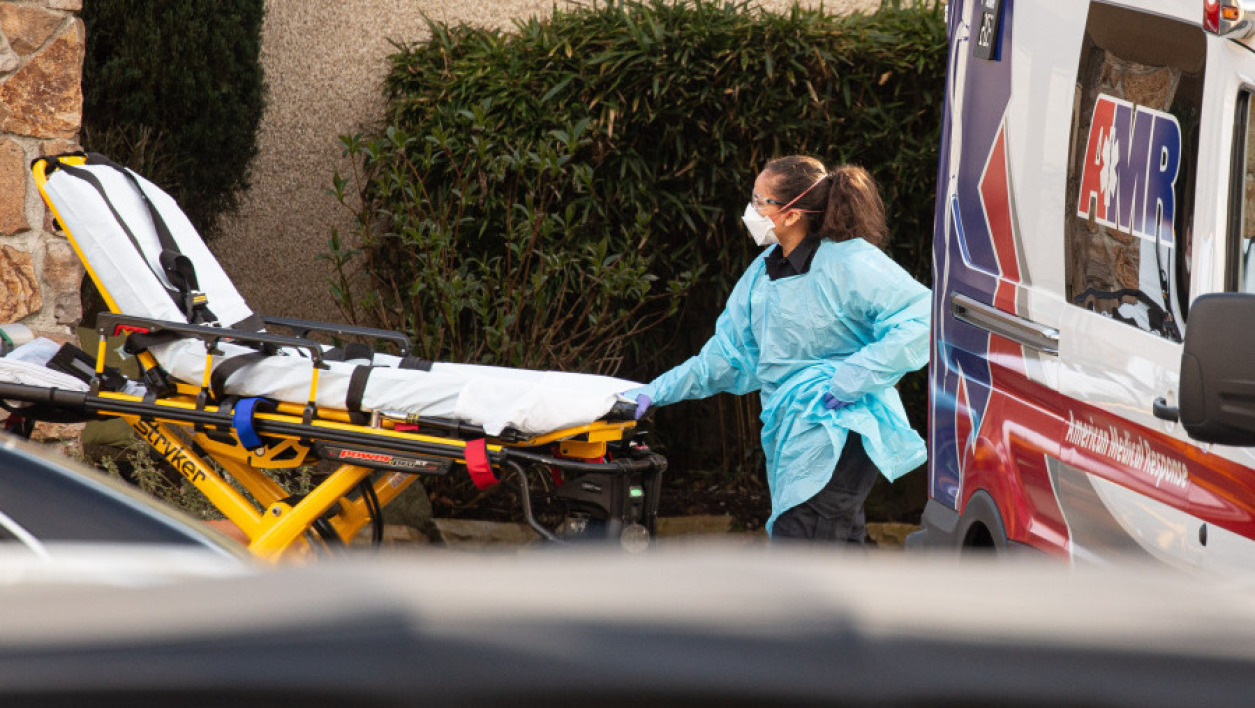 Aides soignants transportant un patient atteint du Covid-19 à Seattle, Etats Unis - David Ryder / GETTY IMAGES NORTH AMERICA / AFP