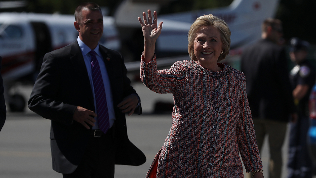 WHITE PLAINS, NY - SEPTEMBER 15: Democratic presidential nominee former Secretary of State Hillary Clinton prepares to board her campaign plane at Westchester County Airport on September 15, 2016 in White Plains, New York. Hillary Clinton is beginning to campaign again after taking three days off the trail to recover from pneumonia. Clinton will campaign in North Carolina and Washington D.C. Justin Sullivan/Getty Images/AFP  JUSTIN SULLIVAN / GETTY IMAGES NORTH AMERICA / AFP