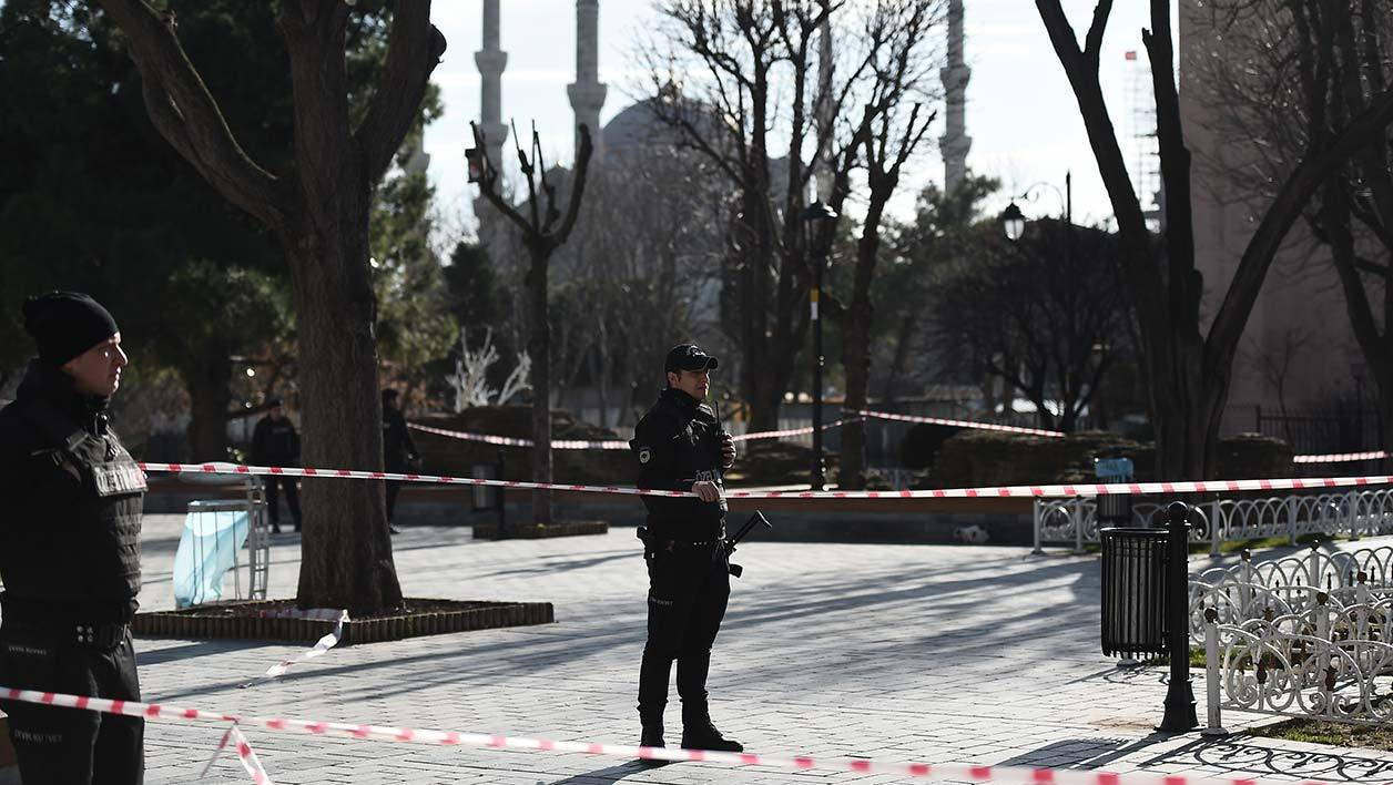 5 Turkish police cordon off the Blue Mosque area on January 12, 2016 after a blast in Istanbul's tourist hub of Sultanahmet left 10 people dead. Ten people were killed and 15 wounded in a suspected terrorist attack on January 12 in the main tourist hub of Turkey's largest city Istanbul, officials said. A powerful blast rocked the Sultanahmet neighbourhood which is home to Istanbul's biggest concentration of monuments and and is visited by tens of thousands of tourists every day. attentat