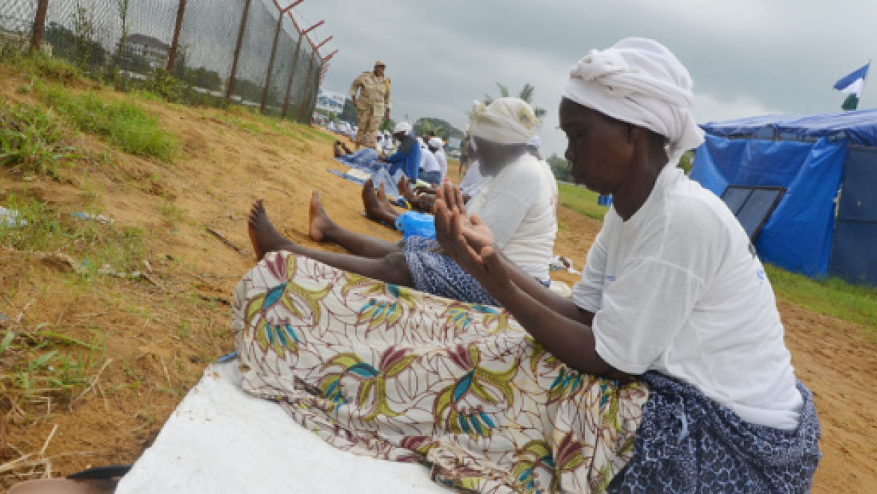 Des femmes implorant la protection divine contre Ebola au Liberia
