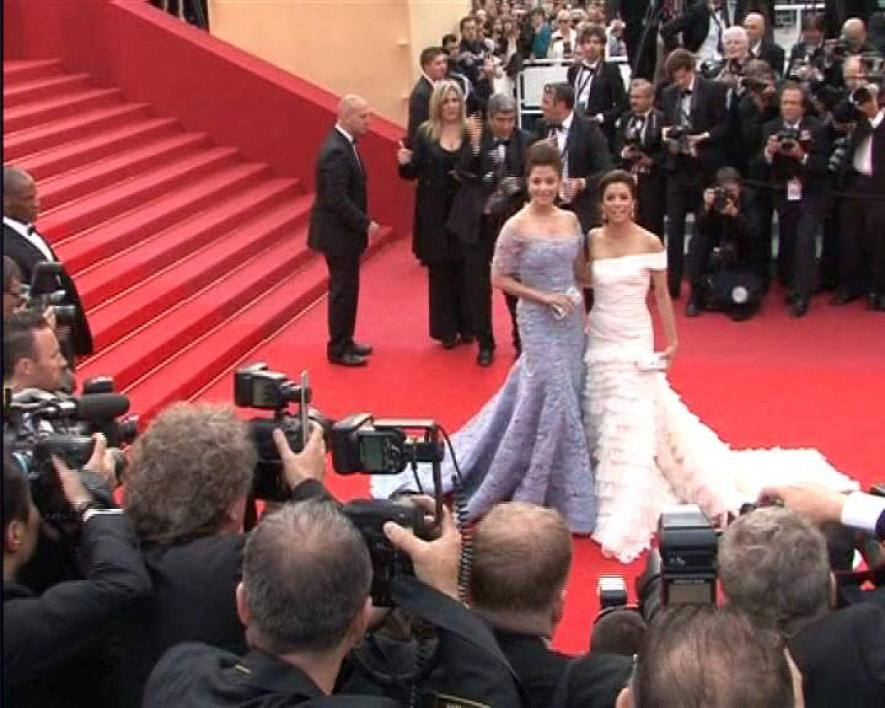 Robes blanches sur tapis rouge