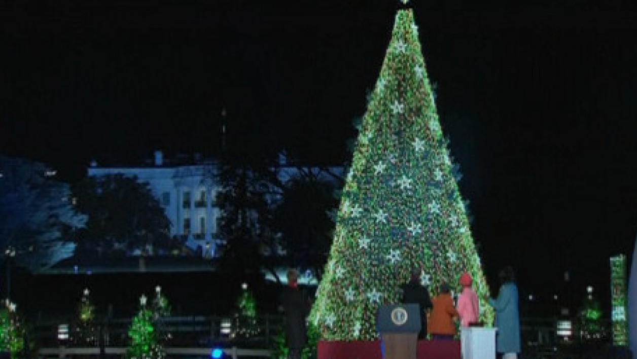 La famille Obama a illuminé le gigantesque sapin de Noël de Washington