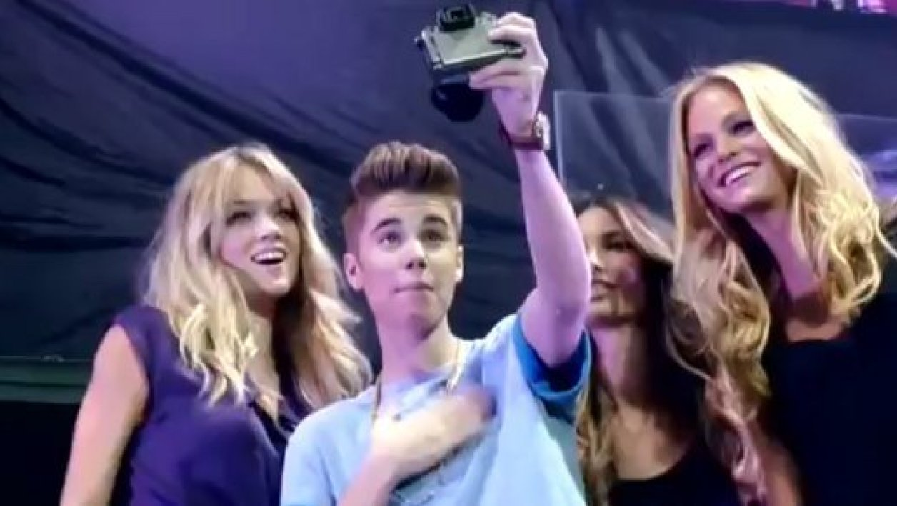 Justin Bieber entouré par les mannequins de Victoria Secret.