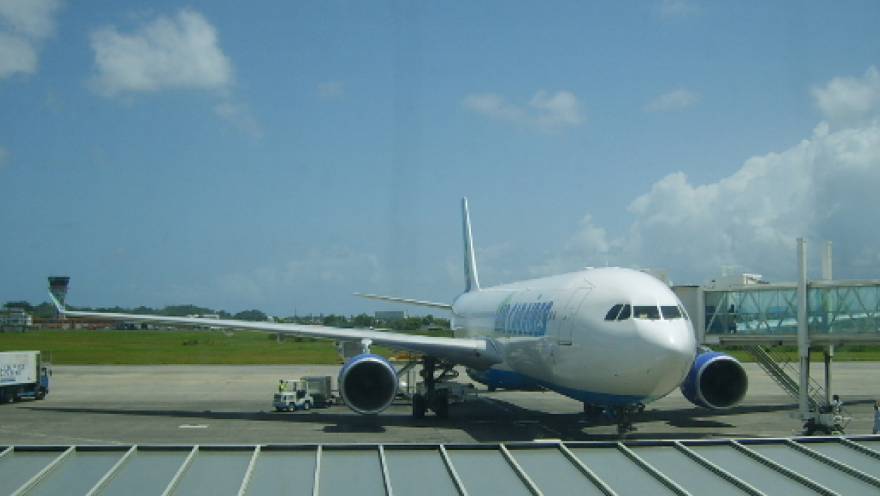 Un avion de la compagnie Air Caraïbes sur le tarmac de l'aéroport de Pointe-à-Pitre (photo d'illustration).