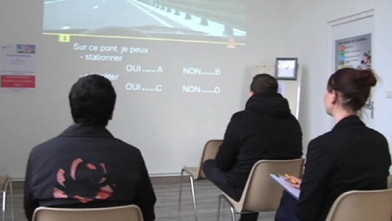 Des jeunes en train de s'entraîner au passage du code. (photo d'illustration)