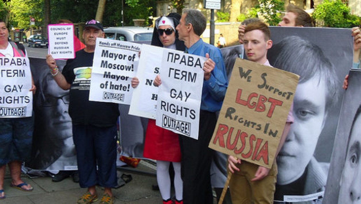 Manifestation contre l'interdiction de la gay pride de Moscou devant l'ambassade russe de Londres le 1 juin 2011.