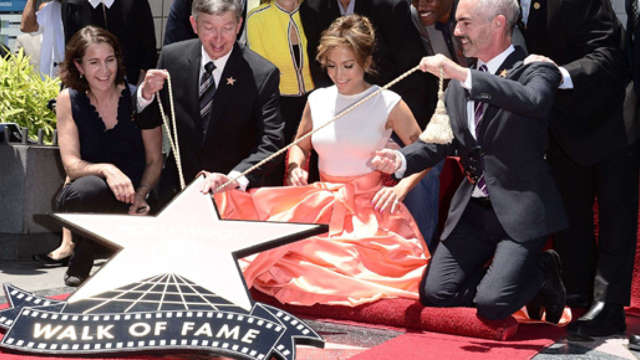 "Jennifer Lopez recevant son étoile sur le ""Hollywood Walk of Fame""."