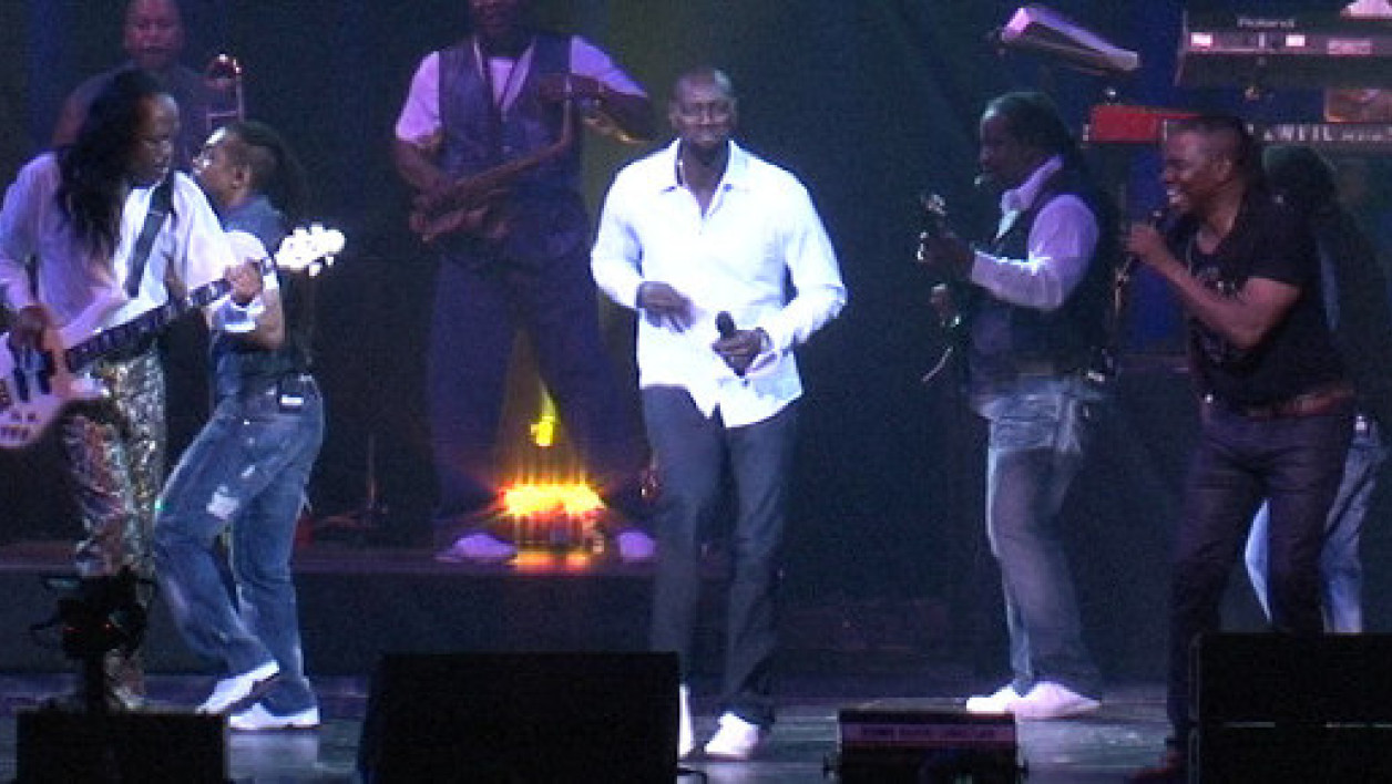 Omar Sy sur scène à Paris avec les Earth Wind and Fire