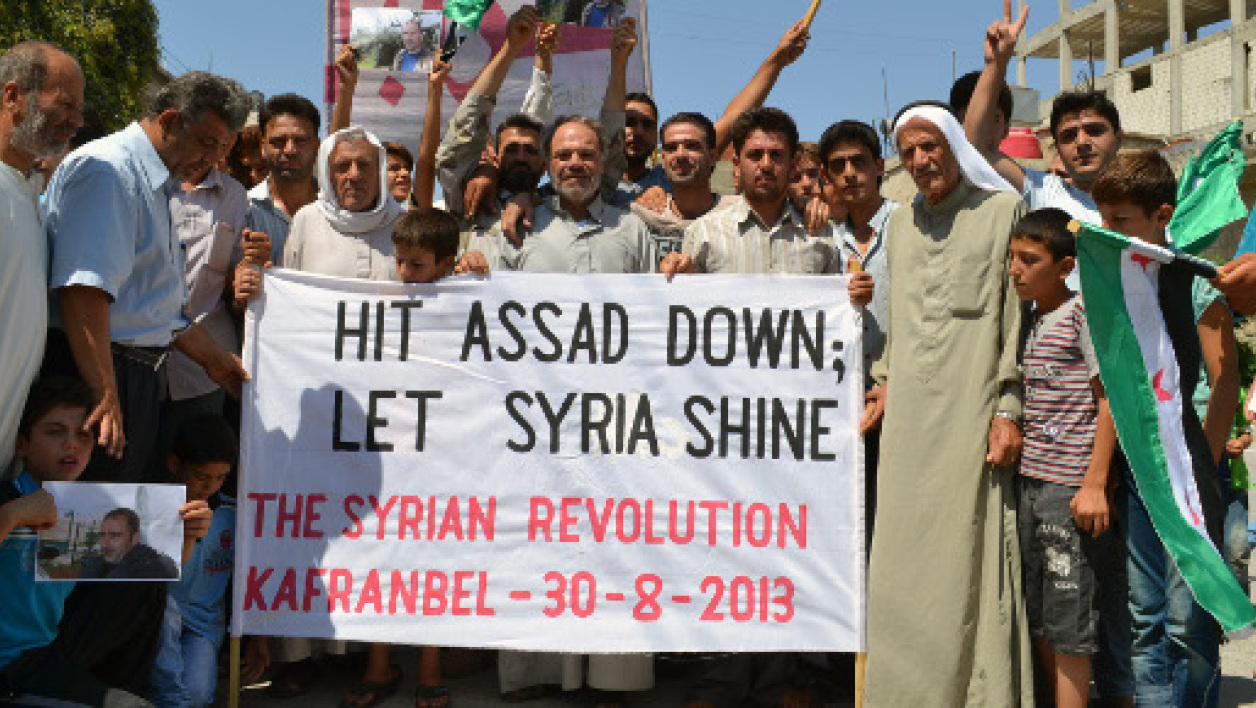 "L'opposition syrienne affichant le slogan: ""Hit Assad down, let Syria shine"" (Faites tomber Assad, laissez briller la Syrie)"