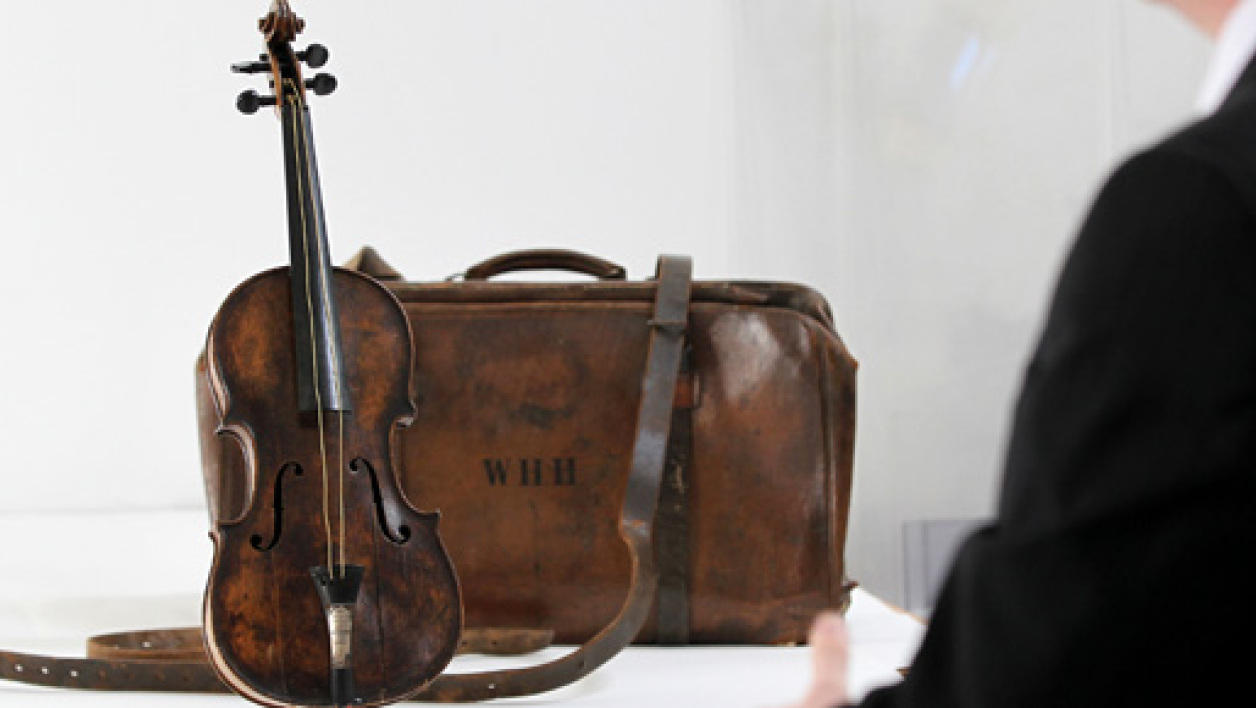 Le violon du chef d'orchestre du Titanic adjugé pour 1,063 million d'euros le 19 octobre 2013.