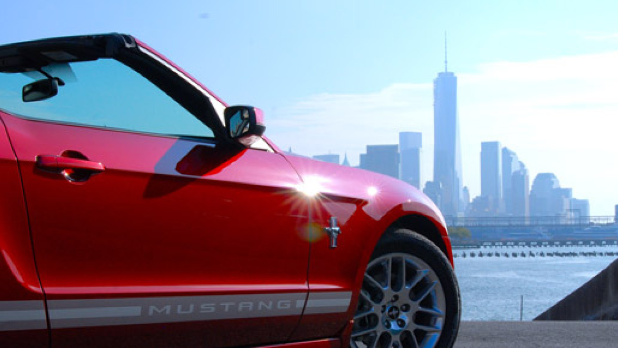 "La Ford Mustang face à la ""skyline"" de New York."