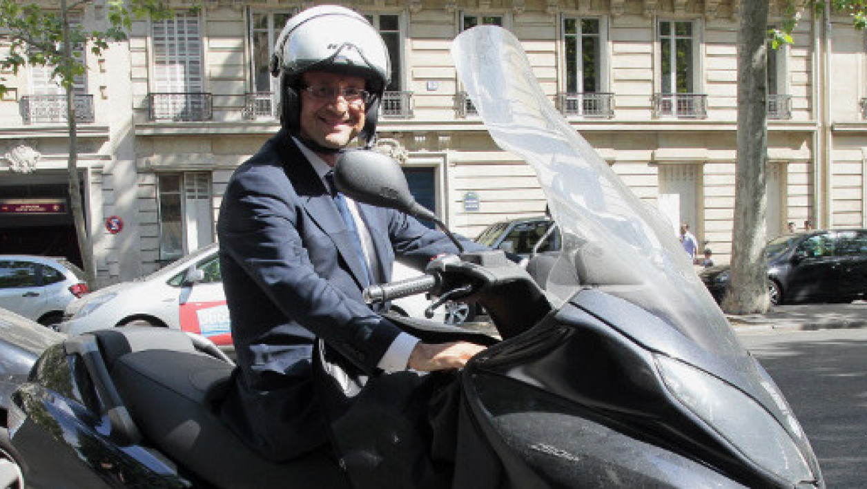 François Hollande sur un scooter à Paris en mai 2011