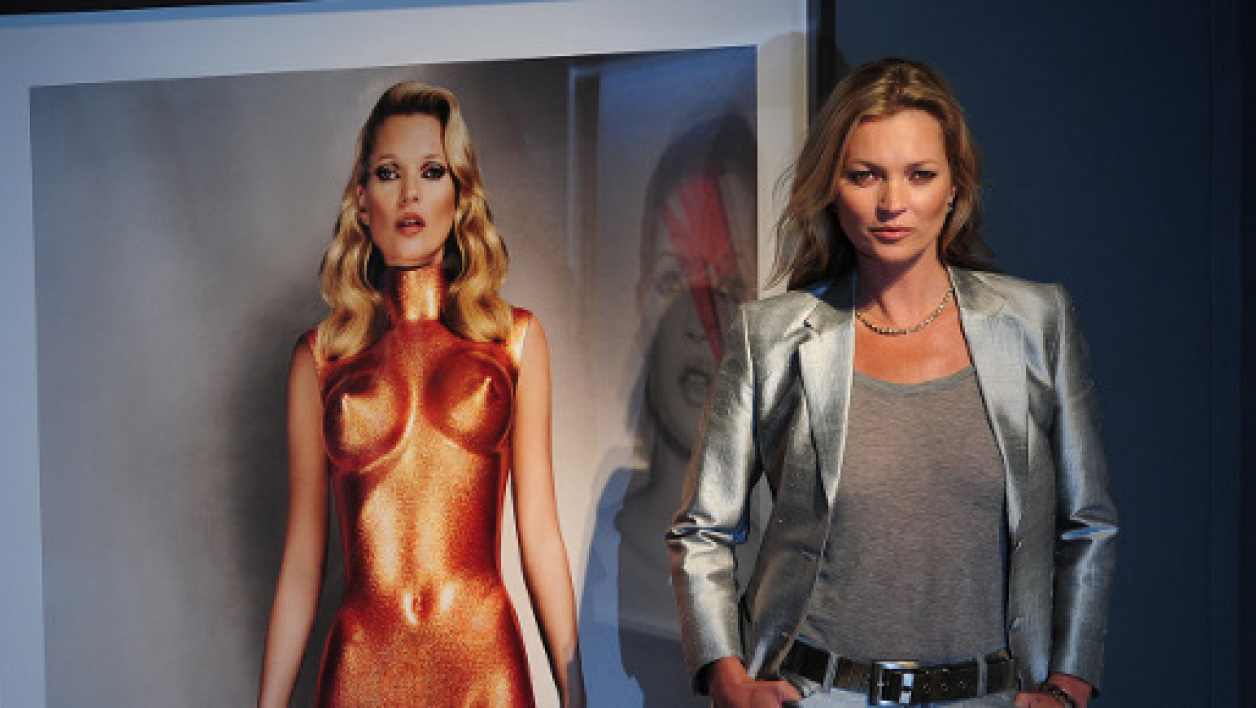 "Kate Moss, le 4 septembre 2013, prend la pose dans l'exposition ""Kate Moss – The Collection"""