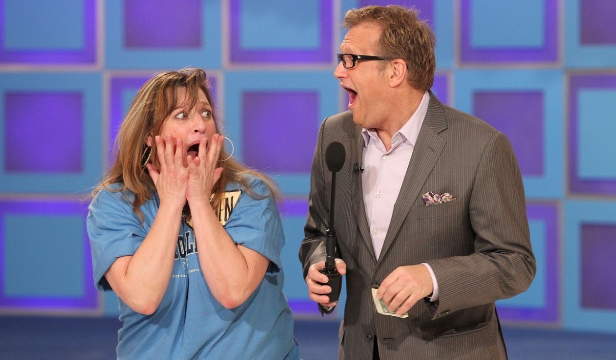 Drew Carey et une candidate sur le plateau de The Price is Right