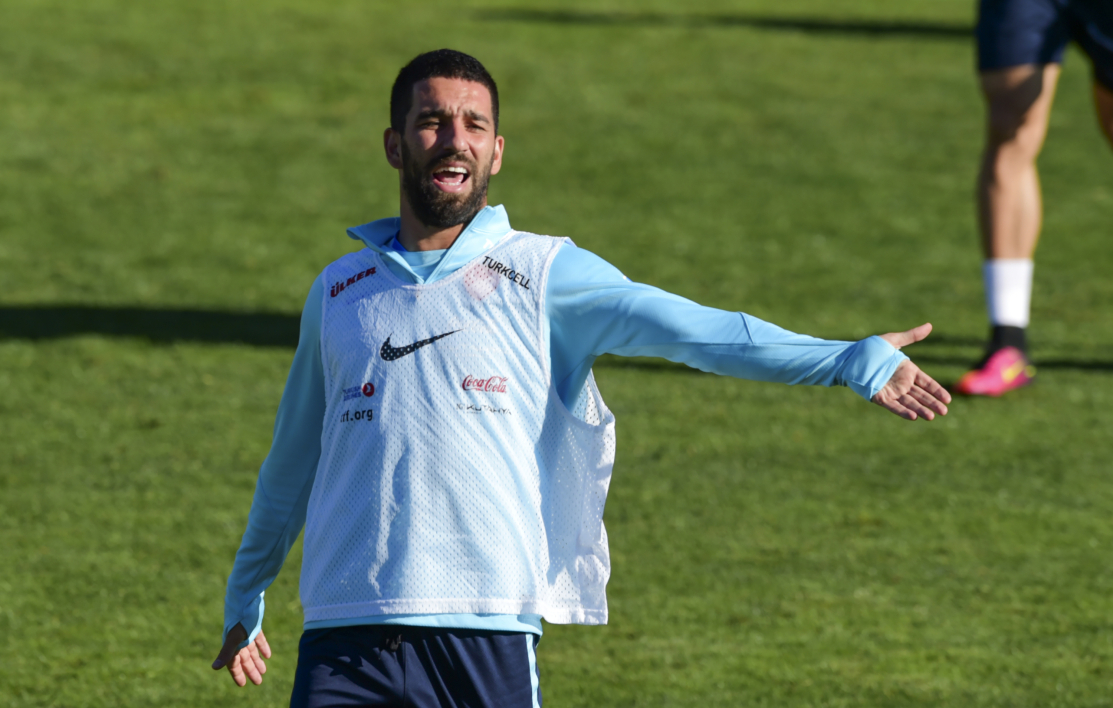 Arda Turan agresse un journaliste en vol