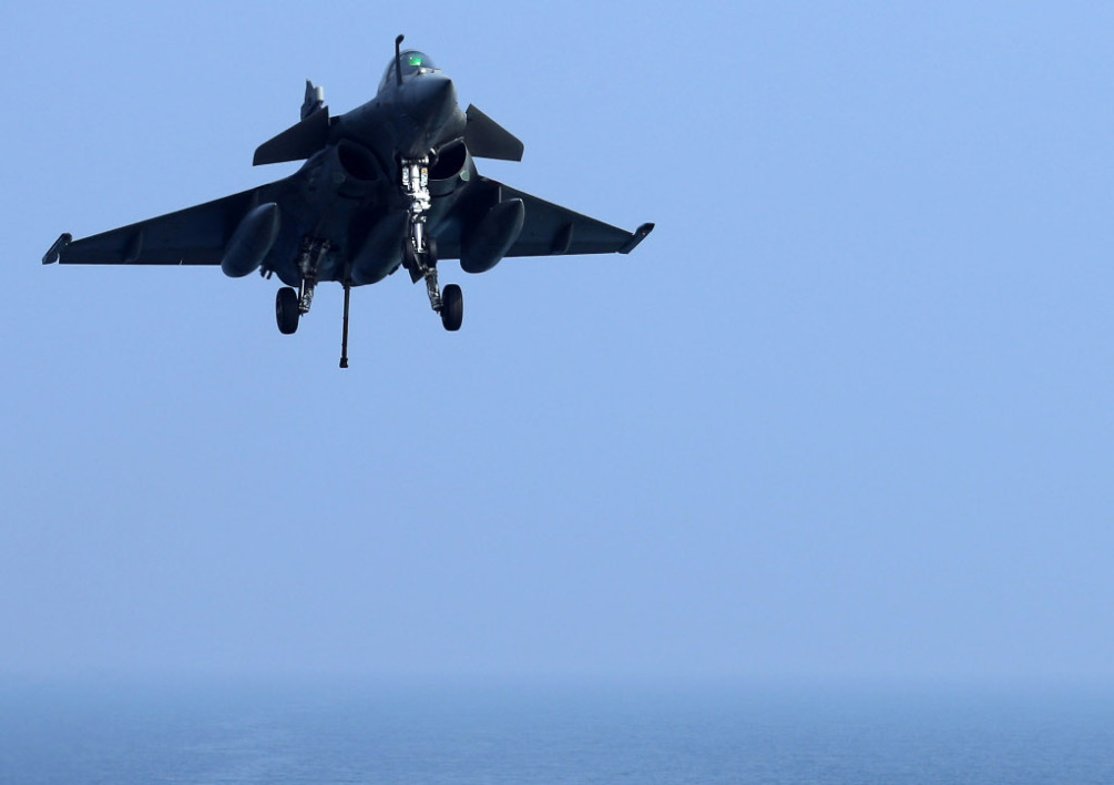 AT SEA, GULF OF OMAN : A French Navy Rafale jet fighter lands on the deck of the Charles de Gaulle aircraft carrier in the Gulf of Oman on January 31, 2014. The Charles de Gaulle and the USS Harry S.Trumann (CVN 75) are conducting combined operations dubbed Bois Belleau. AFP PHOTO / PATRICK BAZ