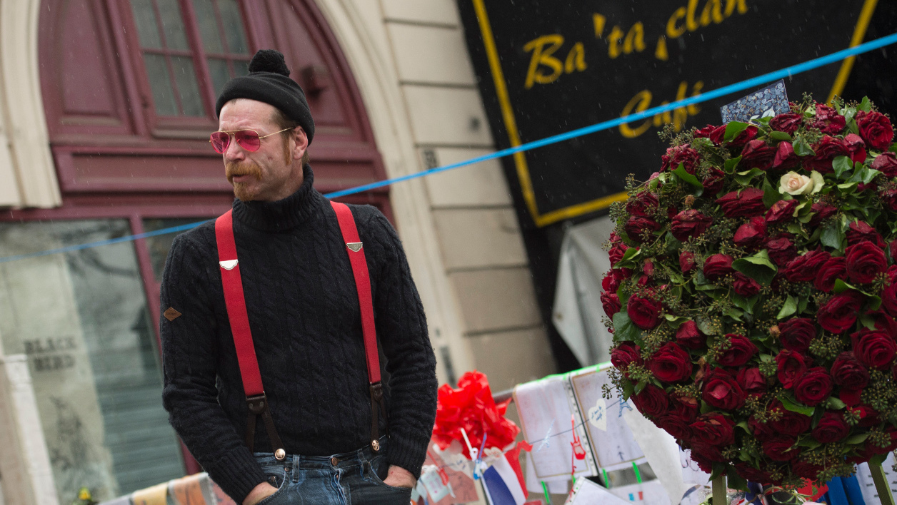 Au lendamain des attentats du 13 novembre, the Eagles of Death Metal étaient venus se recueillir devant le Bataclan.