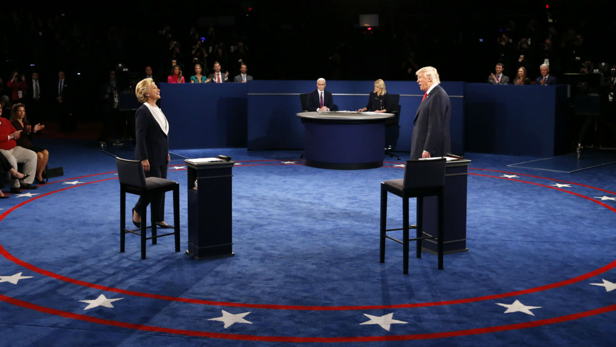 Hillary Clinton et Donald Trump lors du second débat à l'université George Washington de Saint-Louis, dans le Missouri