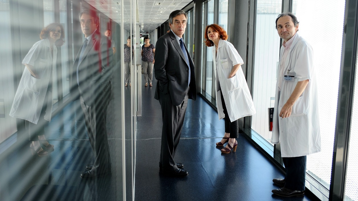 "Former French prime minister François Fillon (C), member of the main opposition right-wing party formerly known as the ""UMP"", visits L'Institut Universitaire du Cancer de Toulouse (IUCT) on June 4, 2015. AFP PHOTO / REMY GABALDA  REMY GABALDA / AFP"