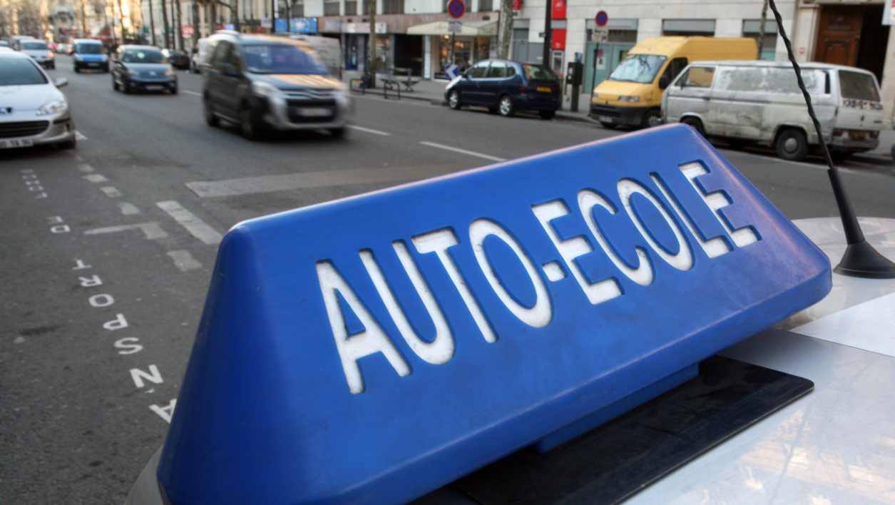 Une voiture d'auto-école à Paris (photo d'illustration).