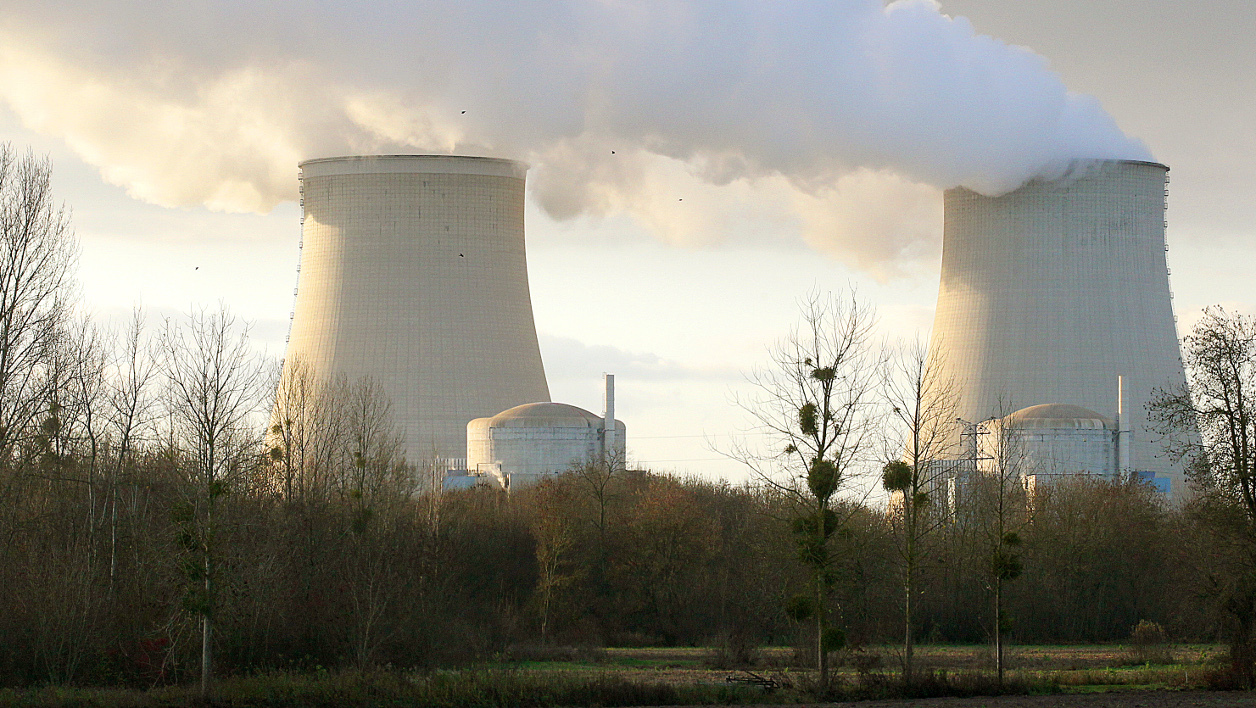 "centrale nucléaire - Picture of the French nuclear plant taken in Nogent-sur-Seine on December 5, 2011 after Greenpeace activists managed to sneak into the plant in what they said was a bid to highlight the dangers of atomic energy. In a statement, Greenpeace said some members had entered the nuclear site at Nogent-sur-Seine, 95 kilometres (60 miles) southeast of Paris, to ""spread the message that there is no such thing as safe nuclear power."" AFP PHOTO /FRANCOIS NASCIMBENI FRANCOIS NASCIMBENI / AFP"