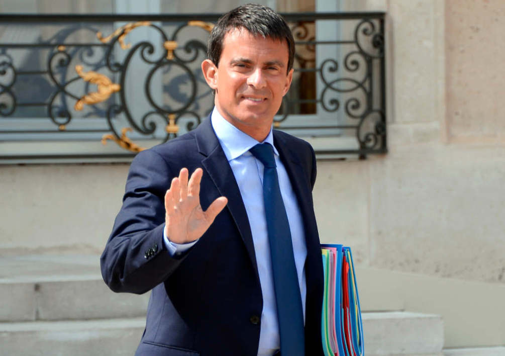 FRANCE, Paris : French Prime Minister Manuel Valls gestures as he leaves the Elysee presidential palace in Paris after a weekly cabinet meeting on August 20, 2014. AFP PHOTO / BERTRAND GUAY