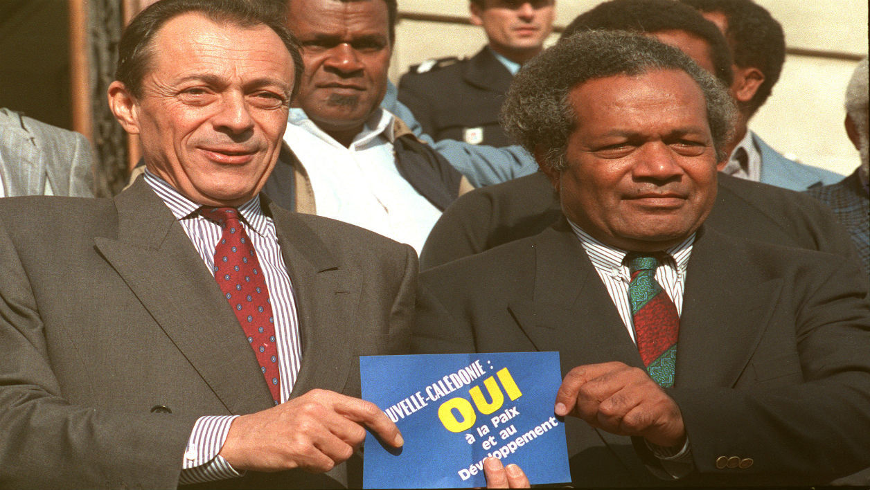 Michel Rocard - French Prime minister Michel Rocard (L) and FLNKS president Jean-Marie Tjibaou display, 29 October 1988 in Conflans-Sainte-Honorine, a small poster in favour of a YES vote about the New Caledonia referendum PATRICK HERTZOG / AFP